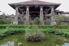 Teich und Vordach der Lobby.