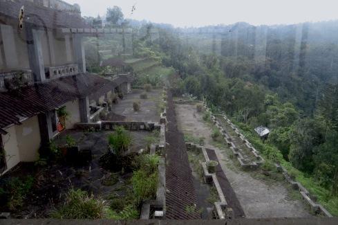 Blick auf die Balkone der Hotelzimmer.